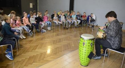 Perkusista Marcina Wyrostka na warsztatach w WCK